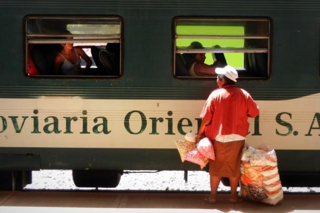 Ostatni sprzedawcy jedzenia wsiadają do pociągu
