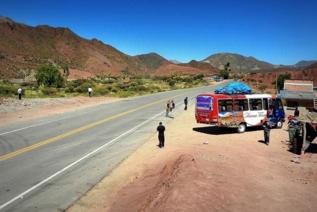Dochodzi południe a my stoimy w środku pustyni bez perspektywy na to, że do autobusu dosiądzie się jakaś miła Boliwijka, która zaoferuje nam Papas con huevo