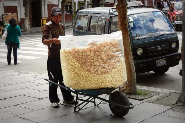 Ryżowe chrupki można kupić wprost z taczki