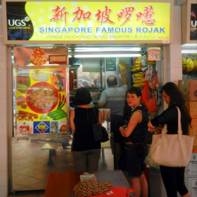 Kiosk z jedzeniem w singapurskim hawkersie. W tym specjalnością jest słynny rojak.
