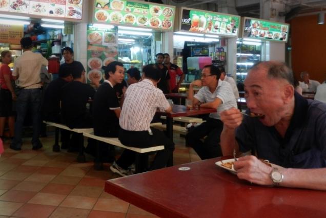 W singapurskich hawkersach spotykają się wszyscy bez względu na to, czy są ubrani w eleganckie koszule, czy chodzą w wytartych i powyciąganych podkoszulkach.