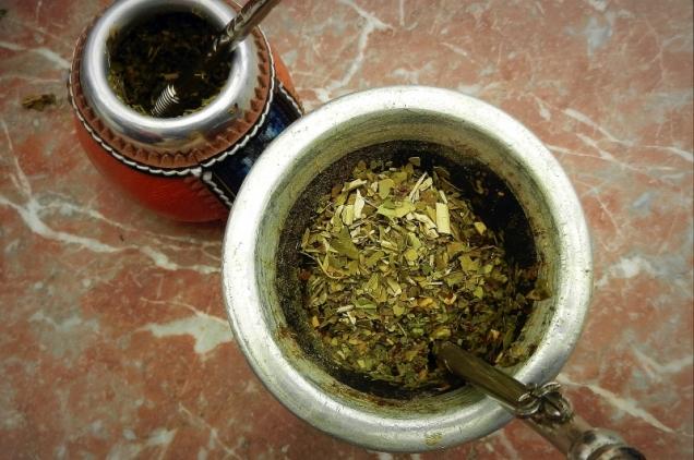 Mate wypełnione herbatą yerba gotową do zaparzenia.