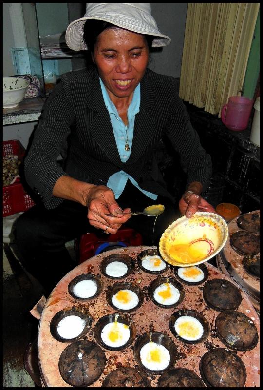 Gospodyni z gracją cyrkowca przekładała gotowe niby-ciasteczka na talerz.