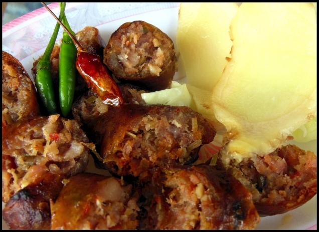 Sai Oua serwuje się grillowane z dodatkiem świeżego imbiru i ostrymi papryczkami.