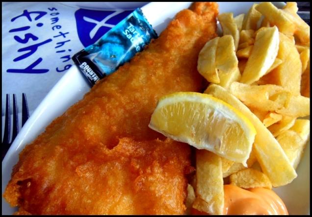 Fish & Chips: całkiem spory kawałek świeżej i niezwykle soczystej ryby w chrupiącej, złotej panierce z solidną garścią frytek.