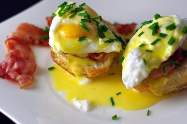 Jajka benedyktyńskie z bekonem na maślanych grzankach
