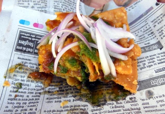 Samosa podawana na hinduskiej gazecie smakuje najlepiej