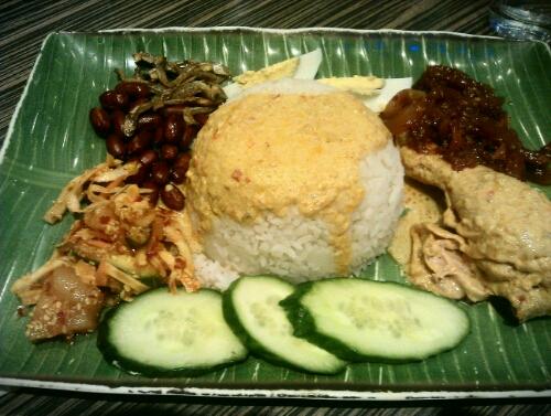 imageNasi lemak to tradycyjne śniadanie w Malezji
